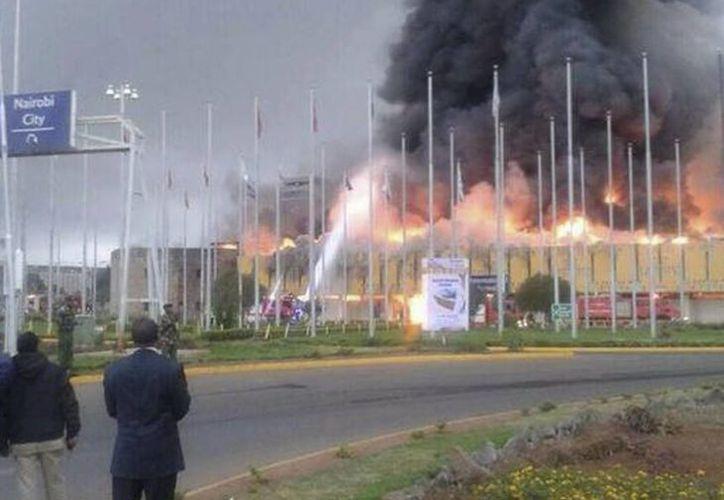 Fotografía cedida por la Cruz Roja de Kenia que muestra a los bomberos tratando de extinguir las llamas. (EFE)