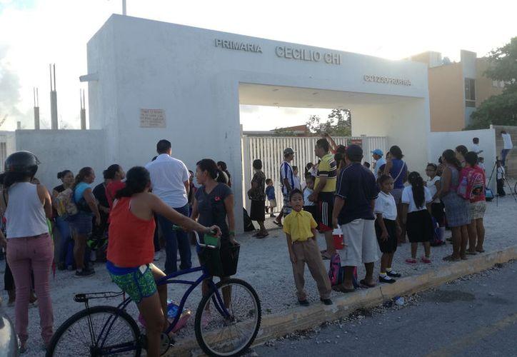 Padres de familia protestaron porque la primera Cecilio Chi en Playa del Carmen, no tiene servicio de agua. (Foto: Daniel Pacheco/SIPSE)