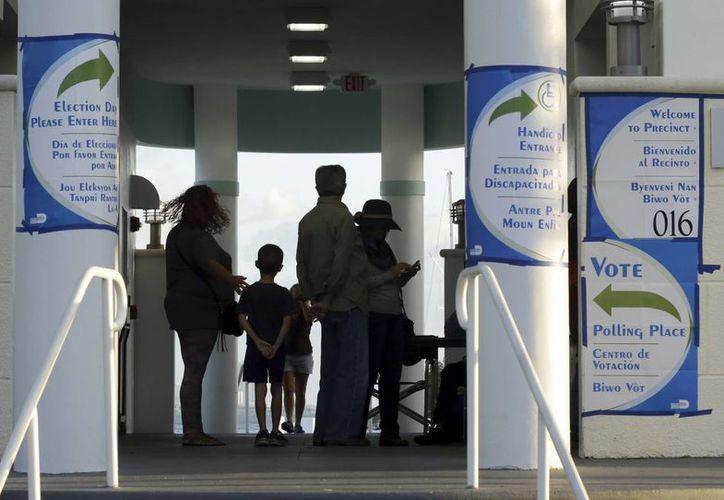 Gente hace fila para vota en la Marina Pelícano, en Miami, Florida. Hillary Clinton se encamina a una victoria en Florida, según primeros conteos de votación temprana. (AP//Lynne Sladky)