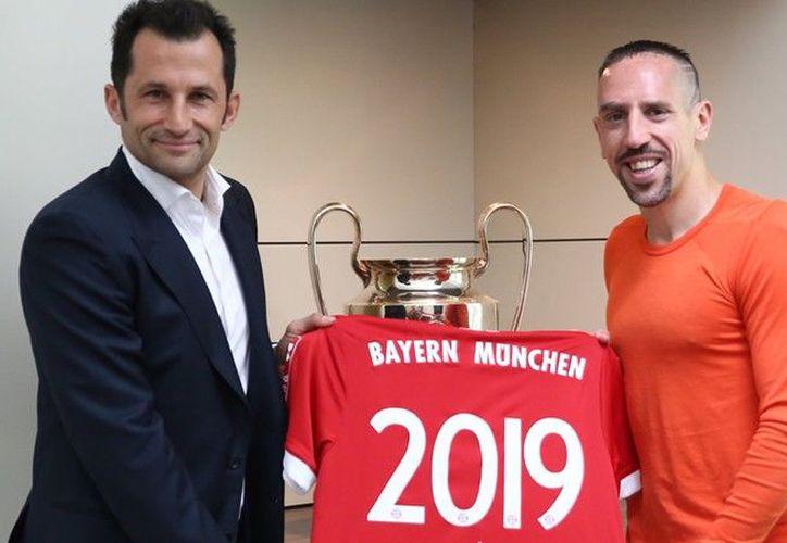 El jugador declaró estar muy feliz de poder jugar otro año para este gran Club. (Twitter)