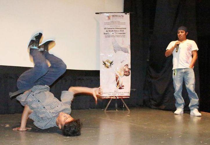 El organizador del certamen, Israel Cervera (d) indicó que la batalla de break dance busca propiciar la presencia activa de los jóvenes y promocionar la cultura urbana. (Cortesía)