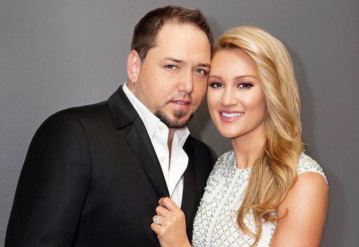 Jason Aldean con Brittany Kerr. Ambos ya son marido y mujer. (usmagazine.com)