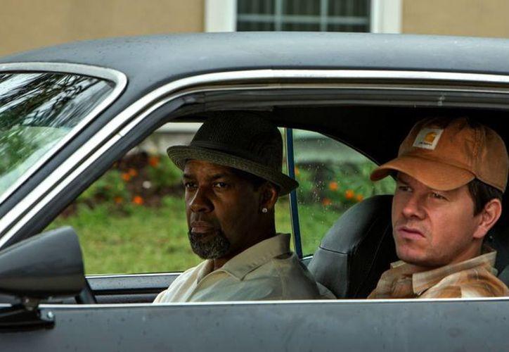 Denzel Washington (i), nacido un 28 de diciembre de 1954, aparece con Mark Wahlberg en una escena de Armados y peligrosos. (collider.com)