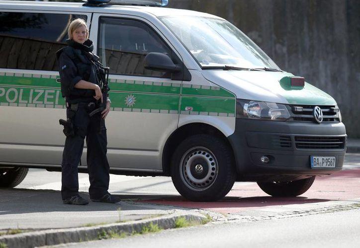 La policía resguarda el área donde una maleta que contenía una lata de aerosol explotó, cerca de un centro para refugiados y una estación de policía, en Zirndorf, Alemania, este miércoles. Nadie resultó lastimado, indicaron las autoridades. (Daniel Karmann/dpa via AP)