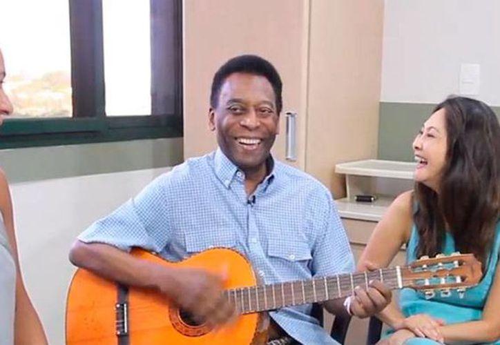 Según médicos, Pelé ya no muestra rastros de la infección urinaria por la que ha estado hospitalizado desde hace casi 15 días. En la foto, en el centro médico de Sao Paulo. (Captura de pantalla de Facebook/Pelé)
