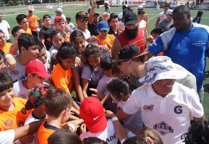 Chicos y grandes realizaron divertidas rutinas de coordinación, fuerza, reacción y velocidad. (Ángel Villegas/SIPSE)