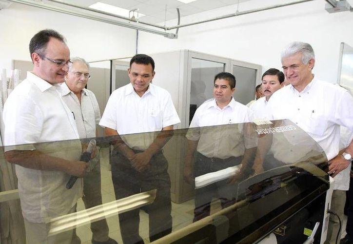 Ayer, el gobernador Rolando Zapata visitó la planta de muebles Furniture, que invertirá 83 millones de pesos para reforzar su presencia en Yucatán. (Cortesia)