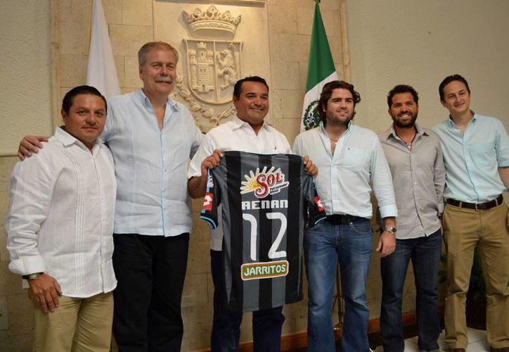 El Alcalde recibió, de manos de los socios, la camisa oficial del CF Mérida. (Milenio Novedades)