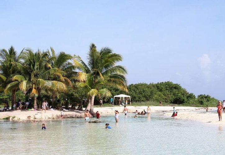 Habitantes de las colonias aledañas a Punta Esmeralda pidieron al alcalde que ésta playa se conserve como pública.  (María Mauricio/SIPSE)