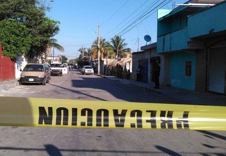 Policías acordonaron el área para investigar el caso de la mujer baleada en Playa del Carmen. (Daniel Pacheco/SIPSE)