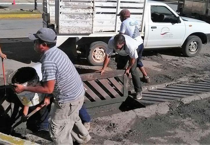 Desde temprano se observó a las brigadas de trabajadores que desazolvaron las alcantarillas ubicadas en el primer cuadro de la ciudad, que sirven para drenar el agua de lluvia que se acumula en la zona. (Foto: Javier Ortiz / SIPSE)