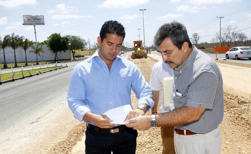 El director del Incay, Javier Osante Solís, recorrió parte de las obras que se realizan en el Anillo Periférico. (Christian Ayala/SIPSE)