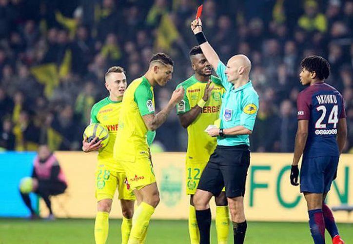 Tony Chapron, árbitro del Nantes-PSG, expulsa a Diego Carlos.  (Foto: Medio Tiempo)