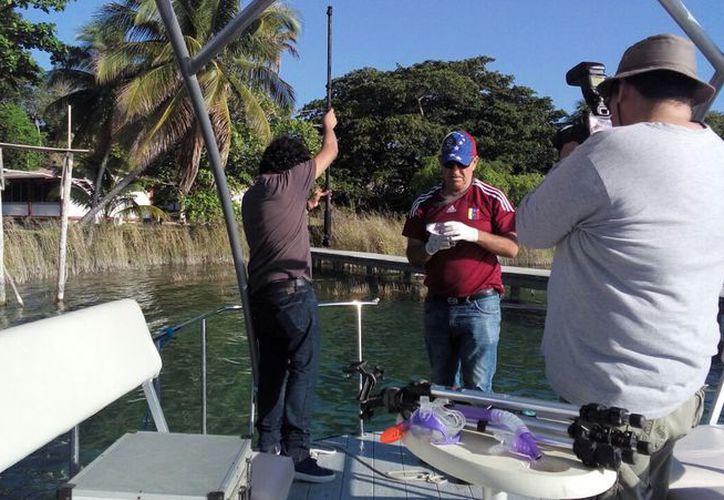 En los estudios de los tres cenotes también participó un alumno de Bachilleres plantel Bacalar. (Javier Ortiz/SIPSE)