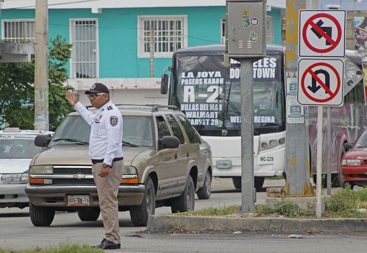 En noviembre, Tránsito Municipal realizó las cancelaciones de vuelta a la izquierda en la Av. Kabah. (Foto: Jesús Tijerina)