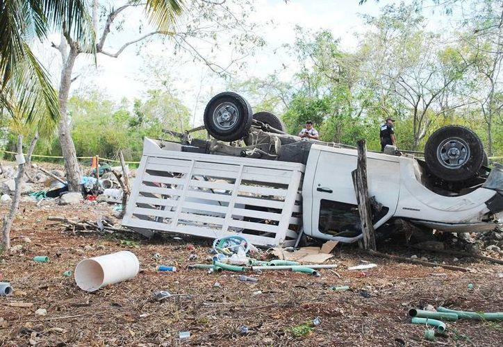 Al quedarse dormido mientras manejaba, el guiador de esta camioneta ocasionó una volcadura fatal en la carretera Sucilá-Espita. (Fotos: Milenio Novedades)