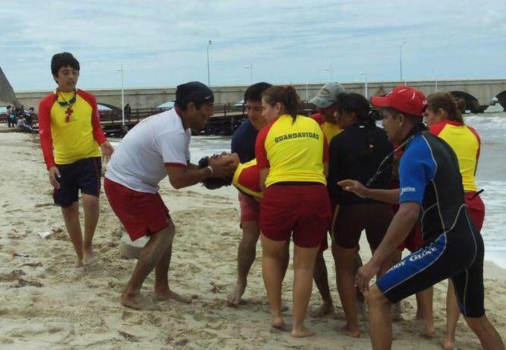 Rescatistas Acuático de la Cruz Roja Mexicana durante un ejercicio de salvamento en Progreso. (Foto de contexto de Milenio  Novedades)