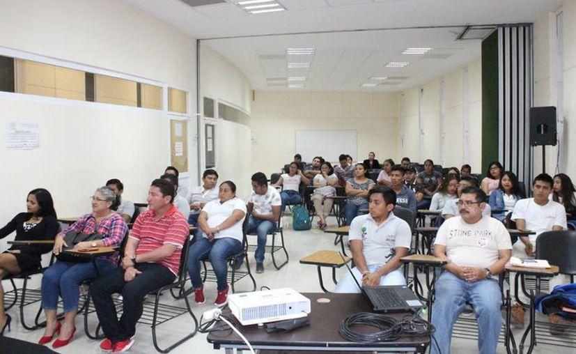 Integrantes del SNTE, sección 25, aseguran que aún faltan por saldar 70 millones de pesos en prestaciones no pagadas. (Daniel Tejada/SIPSE)
