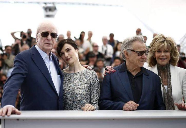 Harvey Keitel (segundo desde la derecha) con el reparto de Youth, que ya se estrenó en Cannes. (EFE)