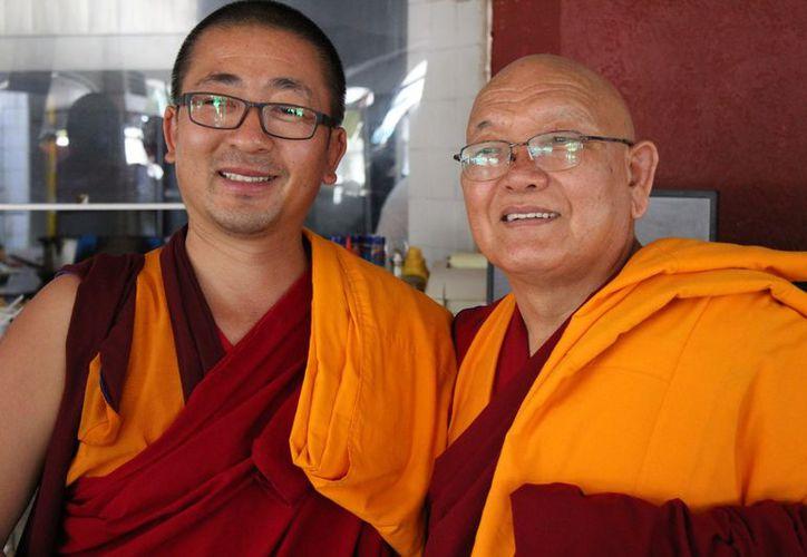 Los monjes budistas realizaron bendiciones a algunos negocios. (Adrián Barreto/SIPSE)