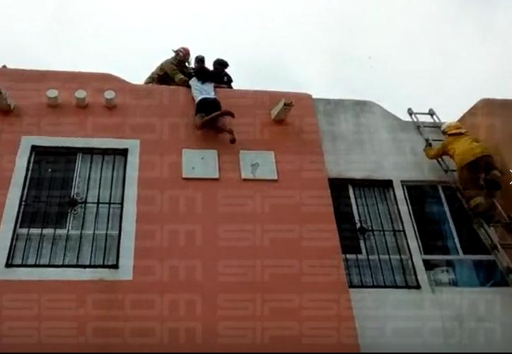 En el sitio se colocó una escalera de extensión para llegar al techo y hablar con la menor. (Redacción/SIPSE)