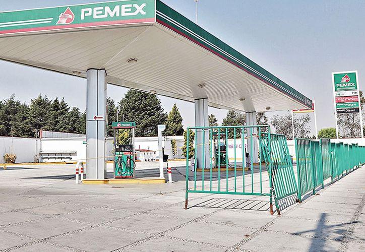 Grupo REFORMA reveló que varias de las estaciones de servicio de gasolina, incluidas en la lista de las más baratas, están cerradas desde hace años o en pleno abandono. (Foto: Reforma)