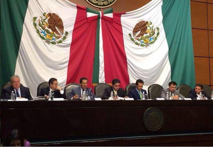 El diputado federal por el PRD, Luis Cházaro, publicó en su cuenta de Twitter una imagen sobre la reunión de trabajo por el caso de Oceanografía. (twitter.com/Luischazaro11)