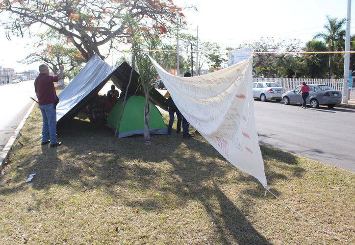 El martes pasado, los seis profesores instalaron un plantón frente a las instalaciones de la SEQ. (Joel Zamora/SIPSE)