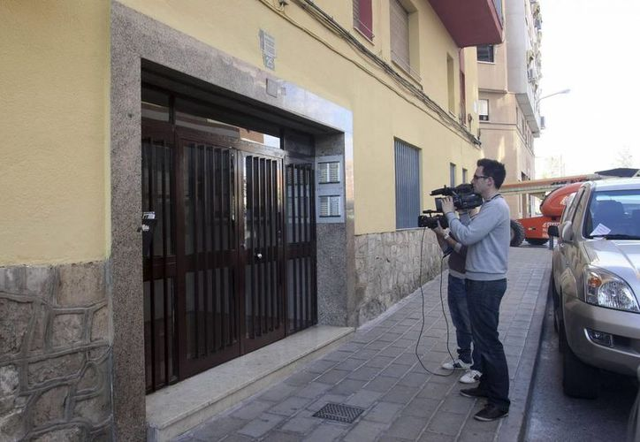 Periodistas graban el domicilio donde el hombre fue encontrado sin vida, en Alicante. (EFE)