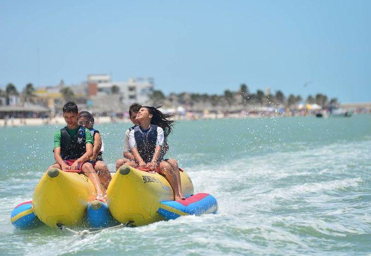 Las playas Progreso y Telchac tienen gran potencial turístico que no logran aprovechar. Imagen de niños y adolescentes en un juego acuático en playas de Yucatán. (Milenio Novedades)