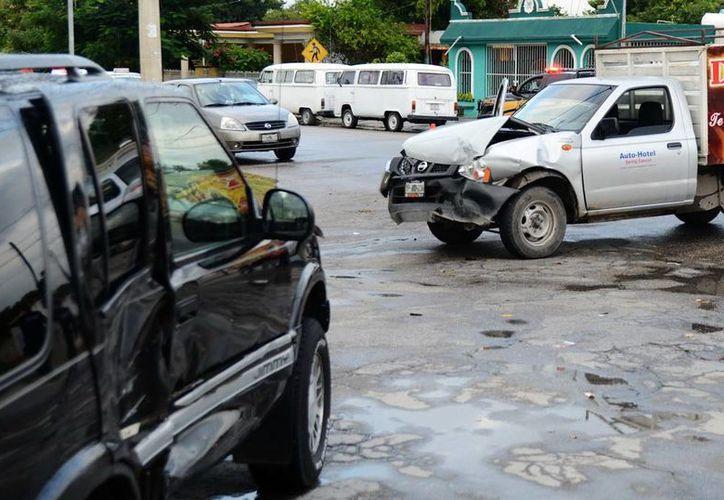 El conductor de la camioneta GCM tres veces chocó en diferentes lugares, de las cuales dos huyó y en la tercera lo atraparon. (Milenio Novedades)