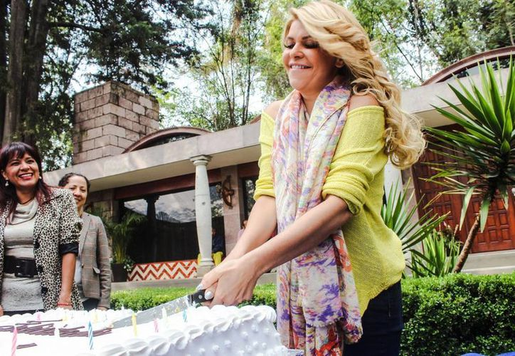 Los dos hijos de Itatí Cantoral debutaron en algunas escenas en la telenovela 'Amores con trampa'. En la foto, la actriz al partir su pastel enmedio de la grabación de la misma. (Notimex)