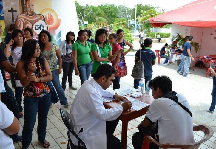 Más de 300 estudiantes escucharon con atención los consejos de la nutrióloga. (Manuel Salazar/SIPSE)