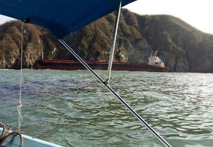 Las dimensiones del buque y el sitio de encallamiento hacen del siniestro un problema altamente crítico. (Francisco de Asís Silva Bátiz/Milenio)