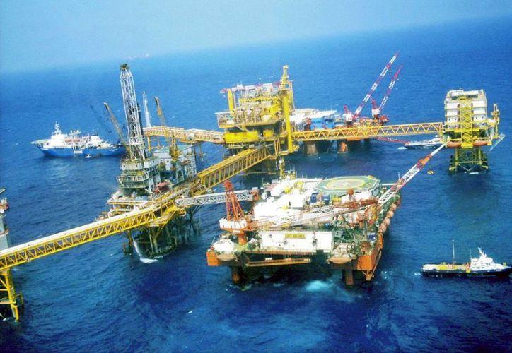 Pemex detalló que 2 yacimientos están a 220 kilómetros de la costa de Tamaulipas y los otros 4 están a 30 kilómetros de la costa, entre los estados de Veracruz y Tabasco. (Foto de contexto/Agencias)