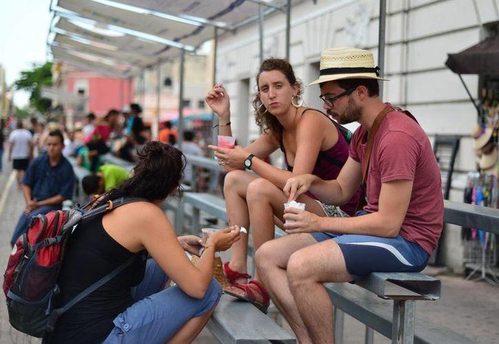 Ayer en Mérida, la temperatura máxima fue de 37 grados centígrados lo que aprovecharon turistas y locales para disfrutar la ciudad. (Luis Pérez/SIPSE)