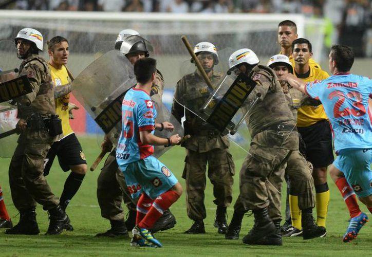 Siete jugadores del Arsenal fueron interrogados durante casi cinco horas después del partido contra el Atlético Mineiro. (Agencias)