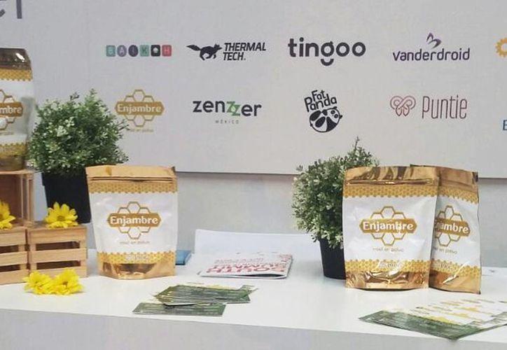 Ximena Jiménez Quiñones y Luis Ángel Chan Carrillo son los creadores de la miel en polvo, con la marca 'Enjambre'. (Facebook Enjambre)