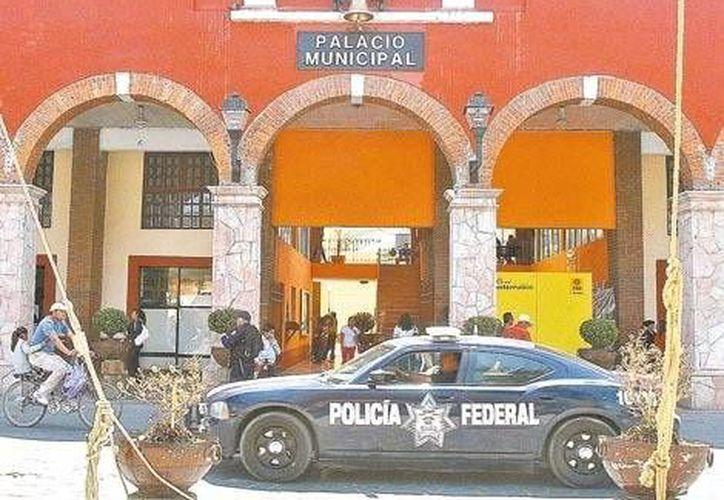 Personal de la Policía Federal vigila la entrada de la presidencia municipal de San Juan Teotihuacan. (René Soto/Milenio)