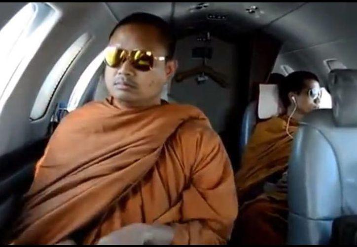 El video sacude al clero tailandés budista. (Captura de pantalla)