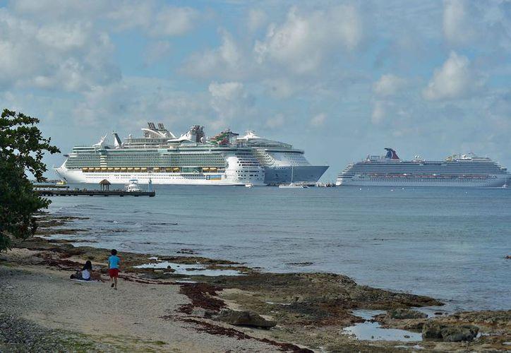 Se ofrece información sobre el arribo de cruceros en los muelles de la isla. (Gustavo Villegas/SIPSE)