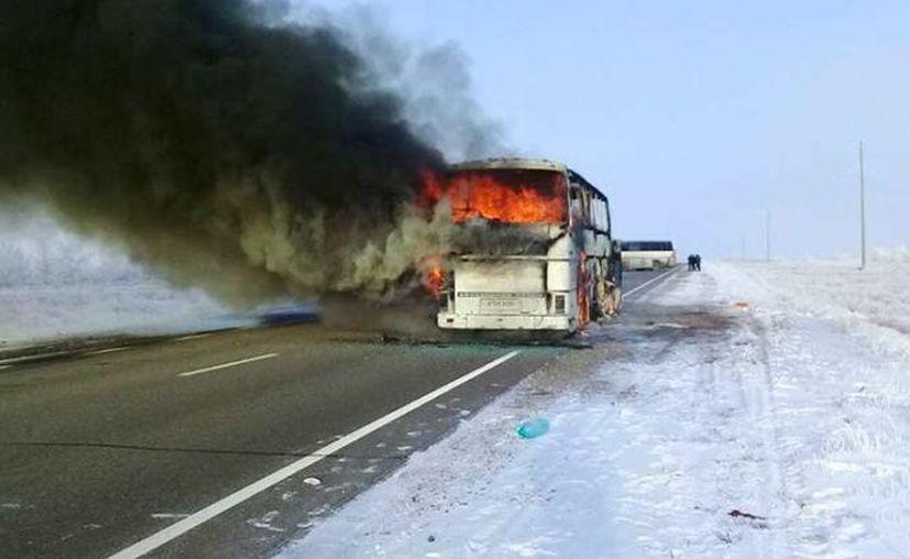 Un camión con pasajeros se incendió en Kazajistán. (AP)