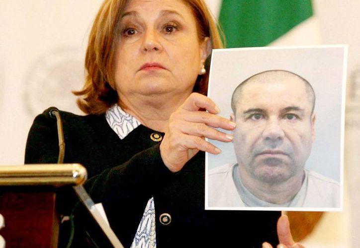 La procuradora Arely Gómez sostiene una imagen de 'El Chapo' Guzmán durante la conferencia que se ofreció para dar detalles sobre la fuga del poderoso narcotraficante. (Archivo/Notimex)