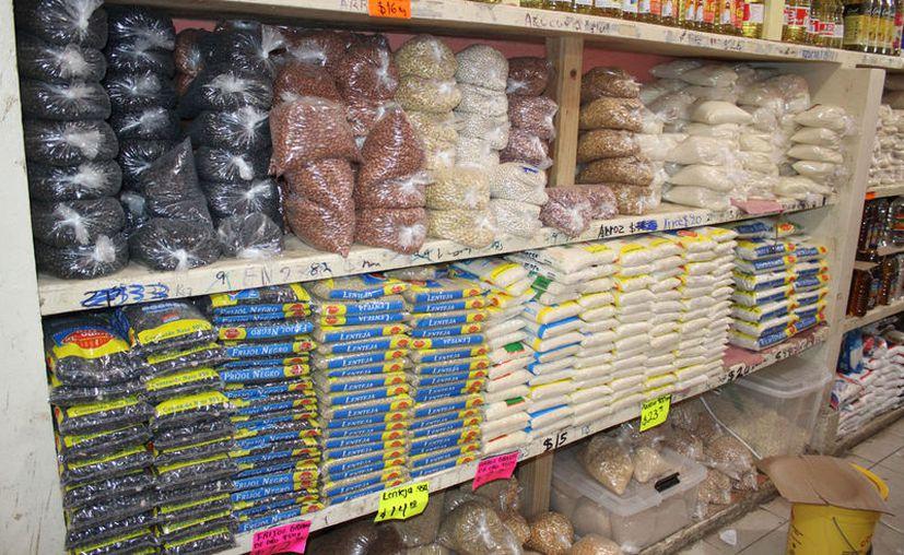 Los comerciantes incrementaron los precios de los productos ante la alta demanda. (Daniel Tejada/SIPSE)