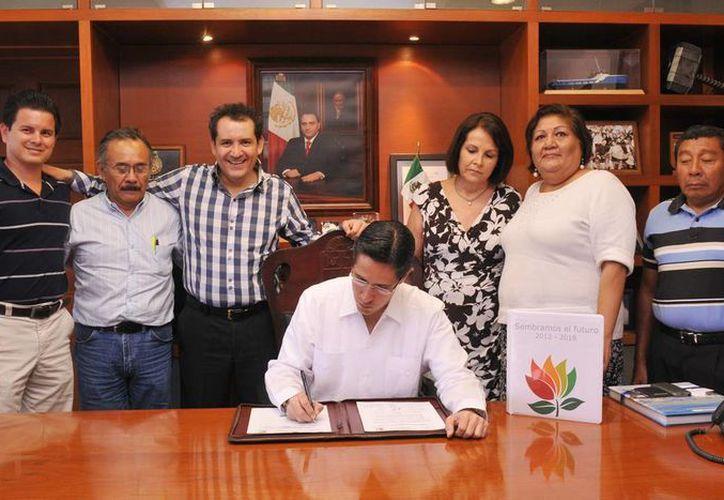 Diversas autoridades acompañan al alcalde durante la firma de la carta. (Cortesía/SIPSE)