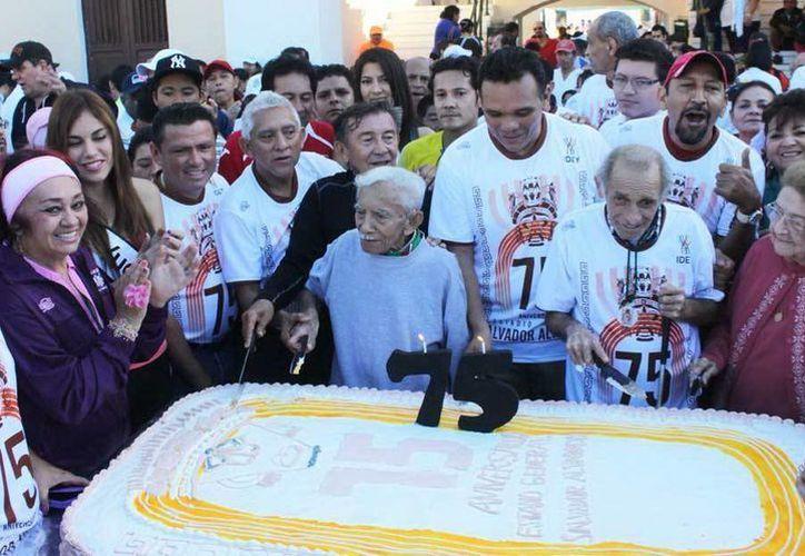 """El Gobernador, junto a corredores del estadio """"Salvador Alvarado"""", cortó el pastel de aniversario. (Jesús Erosa/SIPSE)"""