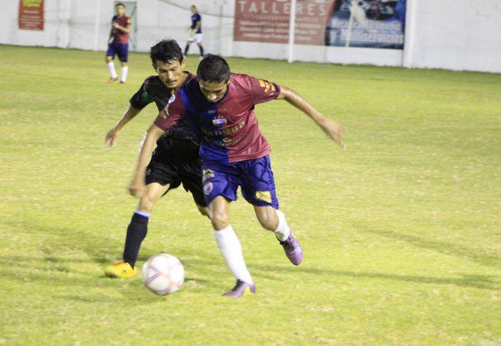 Tras sus victorias sobre Jaguares y Tiburones Rojos, respectivamente, el Deportivo San Rafael y Xul-Há comparten el liderato. (Miguel Maldonado/SIPSE)