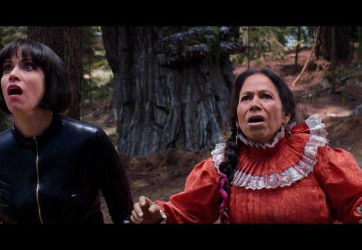 Ante la falta de ofrecimientos fílmicos María Elena Velasco (d) aceptó hacer La Hija de Moctezuma, propuesta de sus hijos, Iván y Goretti Lipkies. (Facebook/La Hija de Moctezuma)