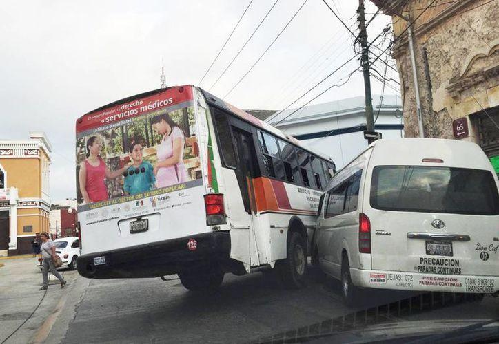 El choque entre el colectivo y el minibús sucedió frente a la Casa de Pueblo en el centro de Mérida.  (Foto Omar Martínez/SIPSE Noticias)