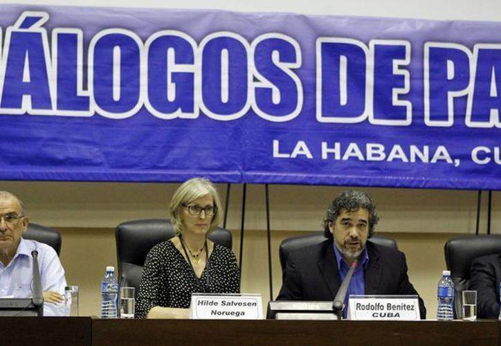 Desde la izquierda, el jefe negociador del Gobierno colombiano, Humberto de la Calle, los garantes para el proceso de paz de Colombia Hilden Salvesen y Rodolfo Benítez, y el comandante de las FARC Luciano Marín, alias 'Iván Márquez', participan en una rueda de prensa conjunta hoy, martes 19 de enero de 2016, en La Habana, Cuba. (EFE)
